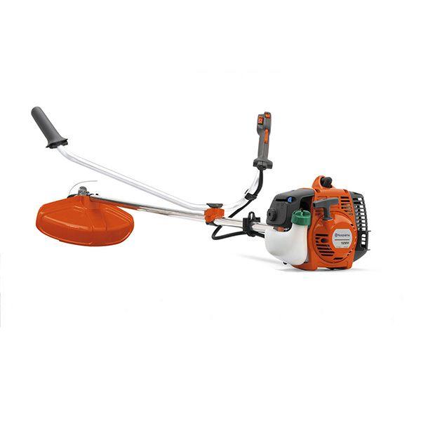 Desbrozadora, color naranjo, es una desbrozadora robusta diseñada para uso rudo, con una potencia de 0,8 kw y una cilindrada de 28 cc y una velocidad máxima de 8000 rpm garantiza buenos resultados
