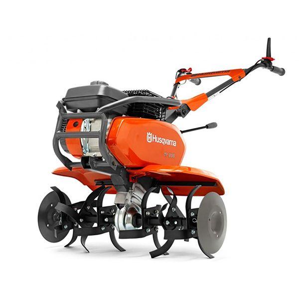 Motocultivador, color naranjo, Accionado por un motor Husqvarna confiable y potente, viene equipado con un parachoque para proteger el motor en uso o durante el transporte.