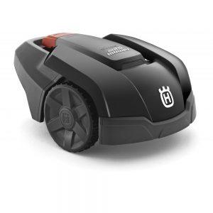 Robot corta-cesped color negro Husqvarna, gestiona el corte y cardo automáticamente.Cuando la batería necesita recarga el robot cortacésped regresa a la estación de carga y luego continúa su trabajo.